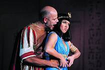 Martin Pošta coby Caesar s Kleopatrou Kamilou Nývltovou.
