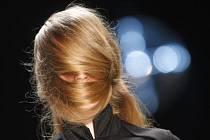 Modelka zahalená do svých vlasů. Ilustrační foto
