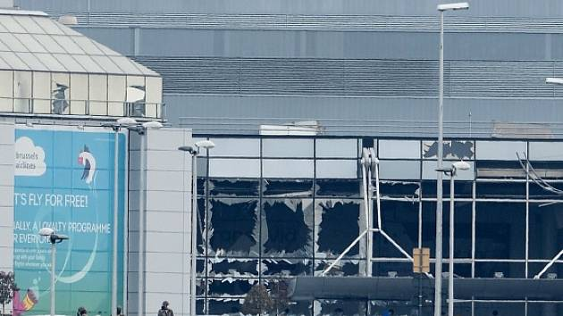 Poškozená budova letiště v Bruselu.