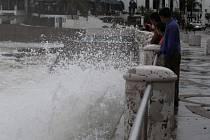Hurikán Norbert přinesl na tichomořské pobřeží Mexika prudké lijáky a zapříčinil smrt nejméně jednoho člověka.