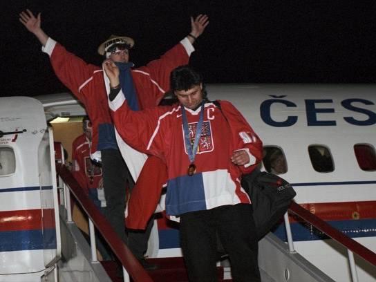 Přílet českých hokejistů, kteří vybojovali zlatou medaili na ZOH v japonském Naganu. Na sn. kapitán Vladimír Růžička (vpředu) a Jaromír Jágr vystupují z letadla na letišti Praha - Ruzyně.