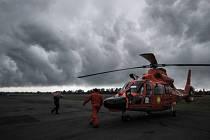 Indonéští záchranáři, kteří pátrají po obětech nedělní nehody letadla společnosti Indonesia AirAsia, se dnes znovu potýkají s nepřízní počasí.
