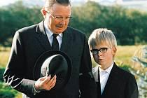 Spřízněni obsesí. Lítostivý otec se nejlépe realizuje na pohřbech - na snímku Jesper Asholt a Jannik Lorenzen.