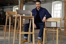 Společnost TON z Bystřice pod Hostýnem na Kroměřížsku se jako jediná z České republiky představí na letošním veletrhu designu a nábytku Salone del Mobile v Miláně. Na snímku z 25. března ukazuje ředitel marketingu Jan Juza židle, které tam budou vystaveny
