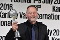 Francouzský herec Jean Reno převzal 4. července na 51. Mezinárodním filmovém festivalu Karlovy Vary Cenu prezidenta festivalu.