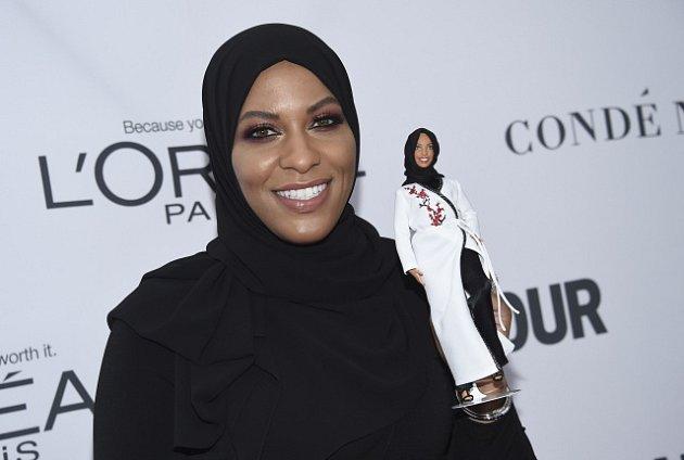 Americká šermířka Ibtihaj Muhammadová představila novou panenku Barbie.