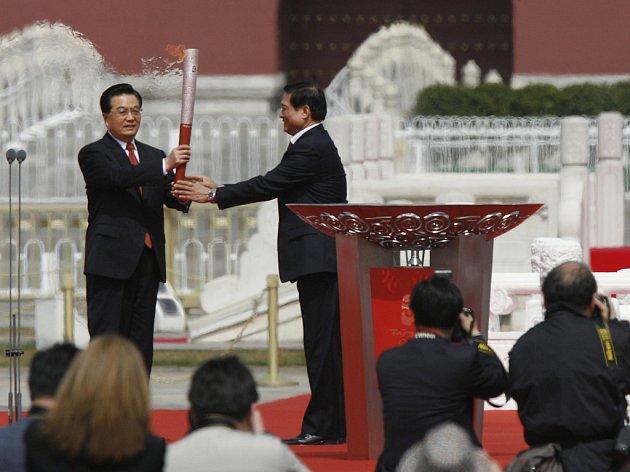 Předseda čínského olympijského výboru Liou Čchi předává olympijskou pochodeň čínskému prezidentovi Chu Ťin-tchaovi
