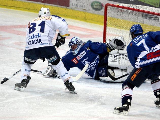 Vítkovice doma porazili Plzeň na nájezdy. Útočník hostů Kracík (vlevo) ale Pince jednou překonal.