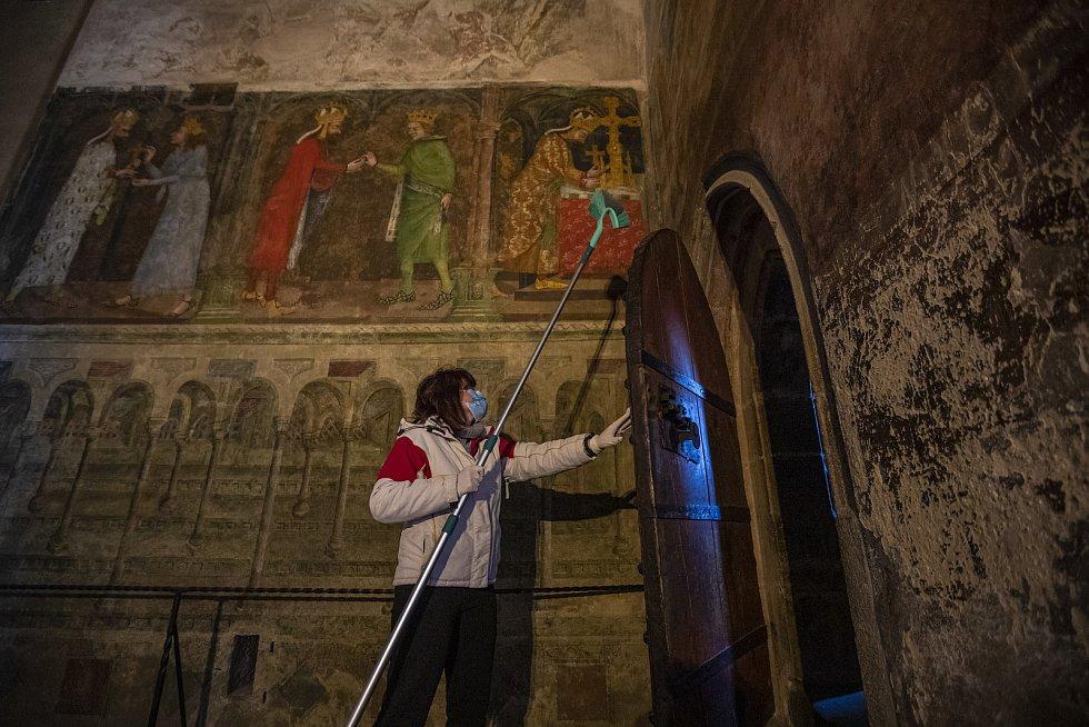 Nejdřív bylo potřeba vysmýčit od pavučin všechny rohy kostela Nanebevzetí Panny Marie.