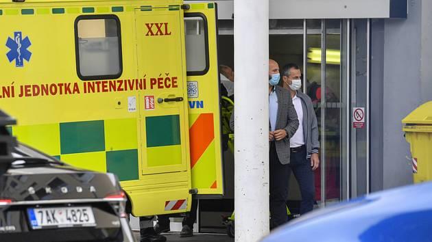 Prezident Miloš Zeman opustil 29. srpna 2020 v sanitce Ústřední vojenskou nemocnici v Praze, kde se podrobil operaci zlomené paže