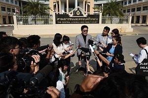 Advokát šestnáctinásobného otce při rozhovoru s novináři