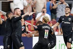 Wayne Rooney (druhý zleva) v dresu DC United slaví gól proti Orlandu
