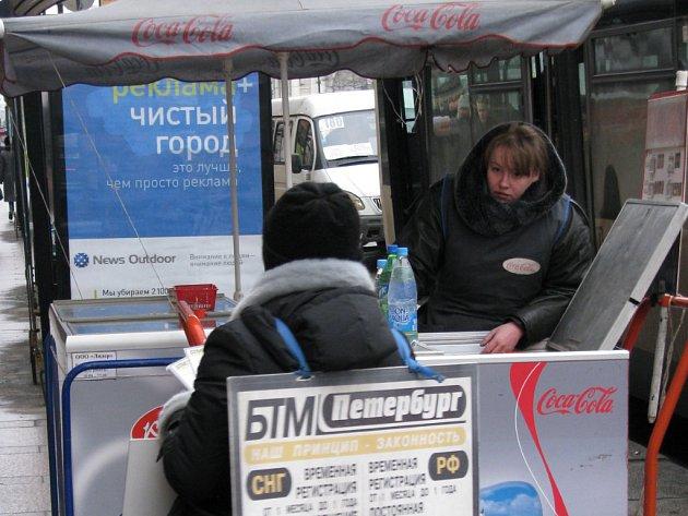 Prodavačka Naděžda a chodící petrohradská reklama.