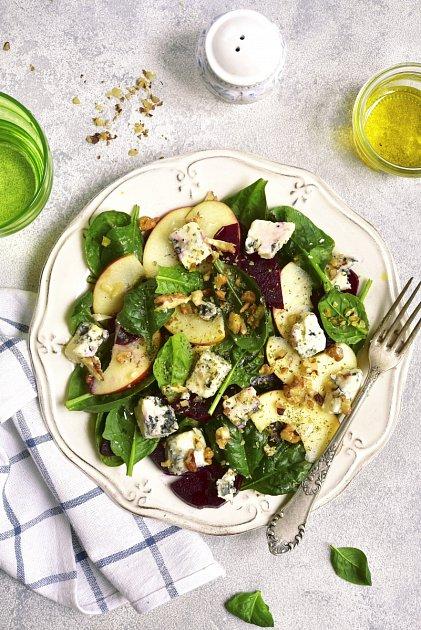 Salát ze špenátu, řepy, jablka a plísňového sýra
