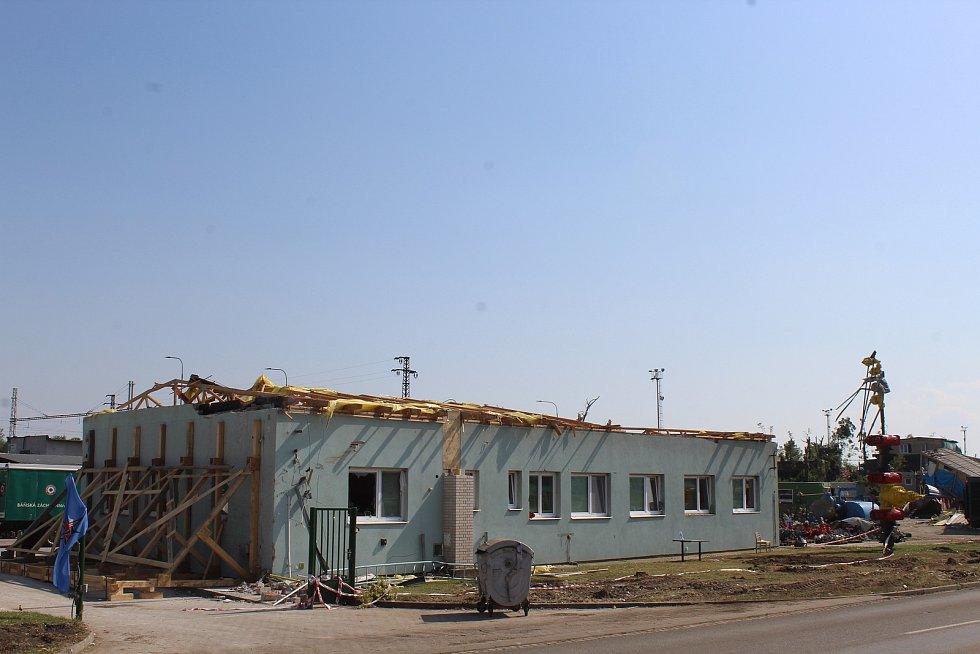 Tornádem poškozený areál Hlavní báňské záchranné služby.