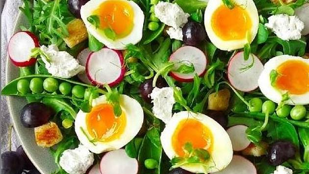 Jarní salát se zakysanou smetanou