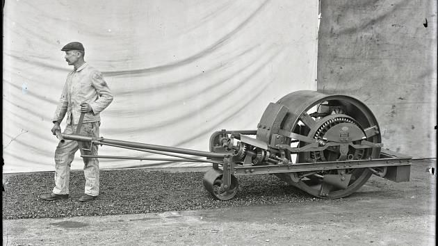 Motorový válec firmy AMMANN z roku 1910.