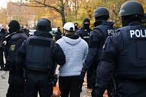 Německá policie při razii v Berlíně zadržela tři osoby, které podezřívá z loňské krádeže šperků z historické klenotnice Grünes Gewölbe (Zelená klenba) v Drážďanech