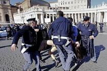 Na Svatopetrském náměstí ve Vatikánu dnes policie zatkla tři aktivistky hnutí Femen, které protestovaly proti plánované návštěvě papeže Františka ve štrasburském sídle Evropského parlamentu.