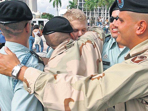 Kdo rozumí vojákům? Muži v amerických uniformách se zdraví při oslavách Dne veteránů.