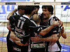 Volejbalisté Budějovic se radují z vyhraného setu.