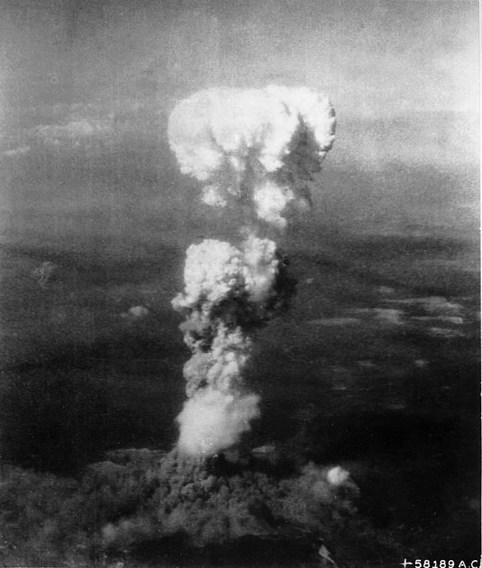 Výbuch jaderné pumy Little Boy v japonské Hirošimě (6. srpna 1945)