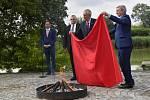 V Lumbeho zahradě v areálu Pražského hradu se konal 14. června brífing prezidenta Miloše Zemana (druhý zprava), při kterém prezident nechal spálit červené trenky s odkazem na skupinu Ztohoven, která je vyvěsila nad Pražským hradem na podzim roku 2015.