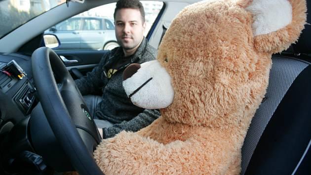 Tedy, Hugo, držet volant takhle frajersky dole? Na to zapomeň! To by ti instruktor Tomáš dal.