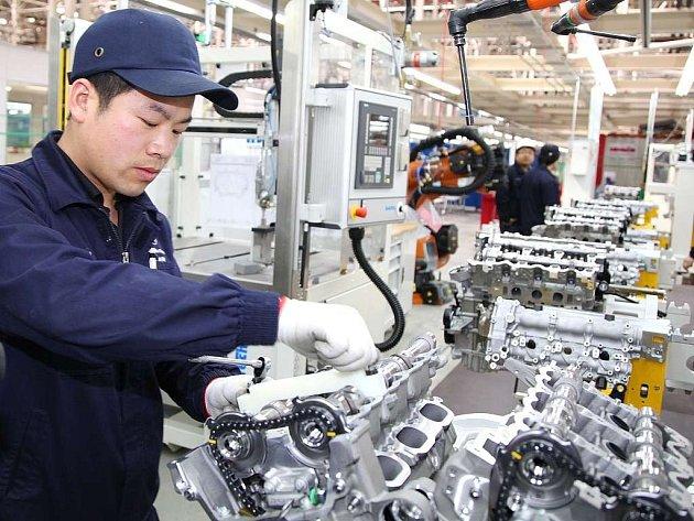 Montáž motorů pro Mercedes v Číně.