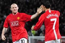 Ronaldo gratuluje svému spoluhráči Waynu Rooneymu ke vstřelení branky.