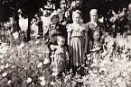 Děti z Českého Malína u společného hrobu obyvatel vesnice. Zavražděno bylo z místních 104 mužů, 161 žen a 105 dětí do 14 let, dále 26 Poláků a 4 Češi, kteří v obci pobývali