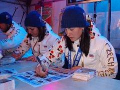 Úspěšní olympionici v Jablonci podepisovali i regionální Deníky