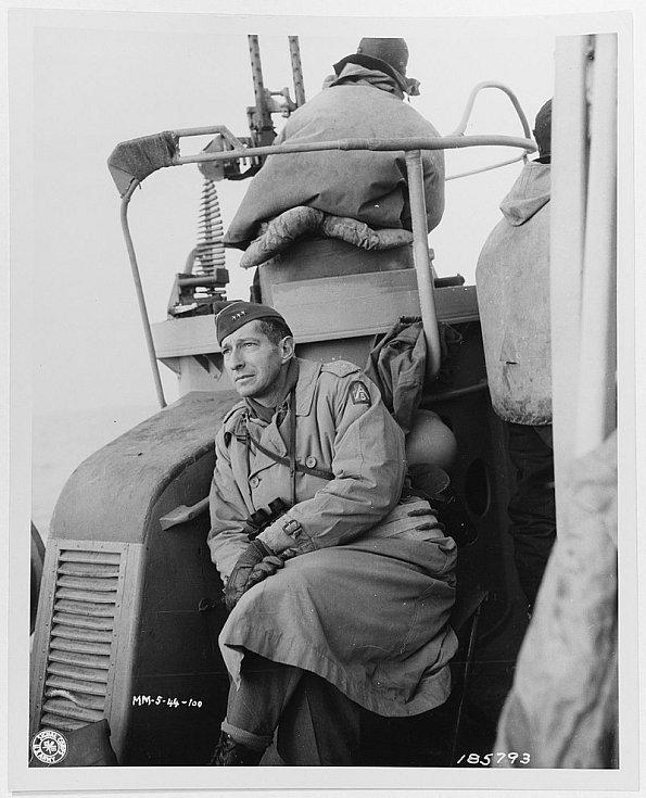 Mark Wayne Clark se 22. ledna 1944 dívá z lodi směrem k pobřeží, na předmostí poblíž italského Anzia