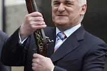 Irský premiér Bertie Ahern musí odejít z funkce, neboť nemá v pořádku finance.
