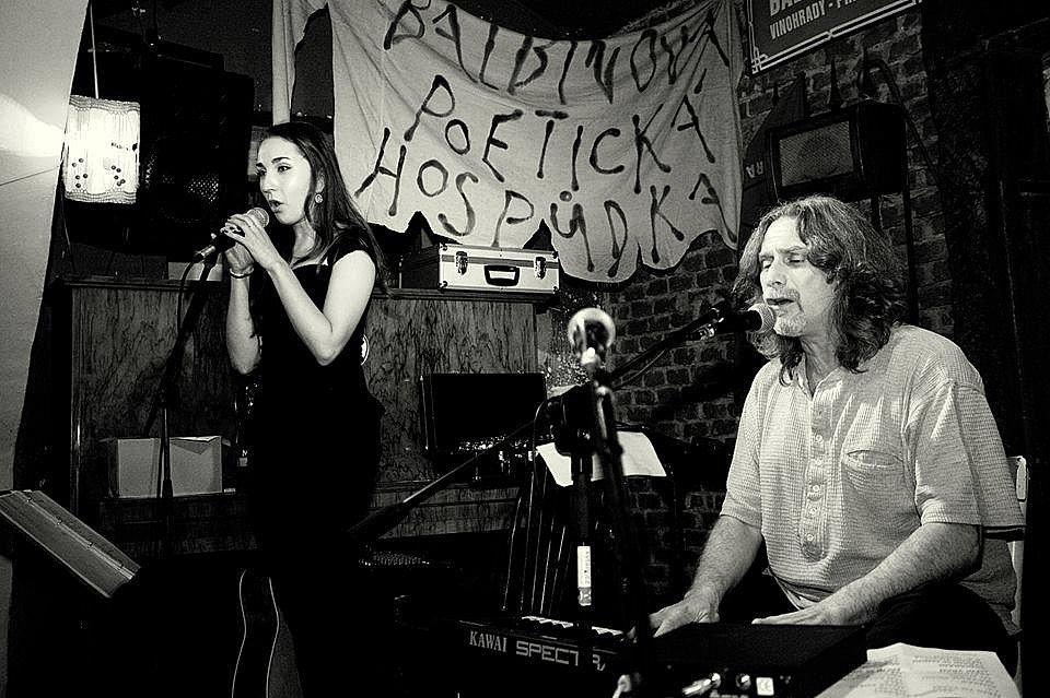 HEJ BÁRO. Dceři Barboře napsal Luboš Beránek největší hit kapely a na desce Namále vyšlo její pokračování B. B. Queen, ve které Barbora dokonce zpívá. Na fotografii v Balbínově poetické hospůdce v Praze.
