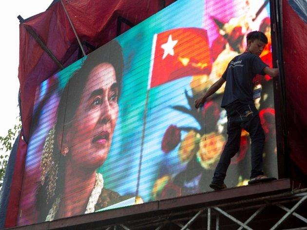 Barmská opoziční strana NLD, vedená nositelkou Nobelovy ceny za mír Su Ťij, získala v nedělních volbách parlamentní většinu.
