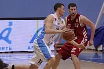 Basketbalisté Prostějova (v bílém) proti Svitavám.