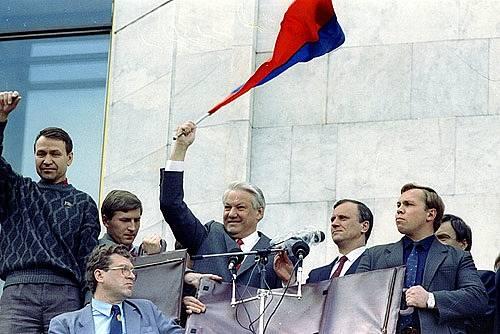 Boris Jelcin dne 22. srpna při mnohatisícovém setkání Moskvanů, oslavujících porážku pučistů a návrat demokracie
