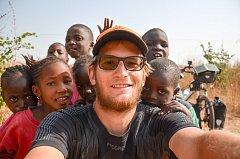 Děti v Gambii pomohly Tadeášovi s opravou defektu