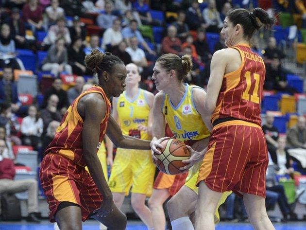Ilona Burgerová z USK Praha (ve žlutém) se snaží přejít přes hráčky Galatasaraye.