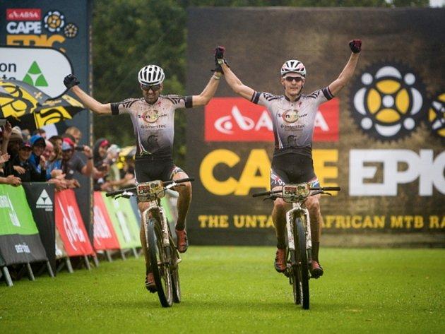 Bikeři Jaroslav Kulhavý (vpravo) a Christoph Sauser se radují z etapového vítězství v náročném závodu Cape Epic.