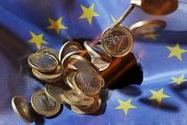 Mince o hodnotě jednoho eura na vlajce Evropské unie