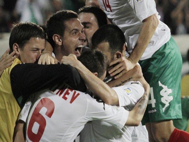 Fotbalisté Bulharska se radují z gólu proti Itálii.
