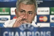 Trenér Chelsea José Mourinho před bitvou s Bukuřeští.