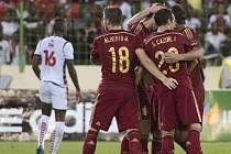 Fotbalisté Španělska se radují z gólu proti Rovníkové Guinei.