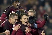 Kanonýr Sparty David Lafata (uprostřed) se raduje se spoluhráči z gólu proti Hapoelu Beer Ševa.