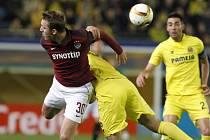 Lukáš Juliš ze Sparty (vlevo) proti Villarrealu.