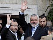 Palestinský premiér Ismáíl Haníja (vpravo) a egyptský premiér Hišám Kandíl (vlevo)