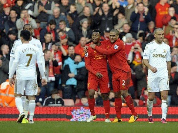 Hráči Liverpoolu se radují z gólu do sítě Swansea.