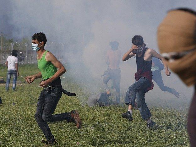 Makedonští policisté použili proti migrantům slzný plyn.